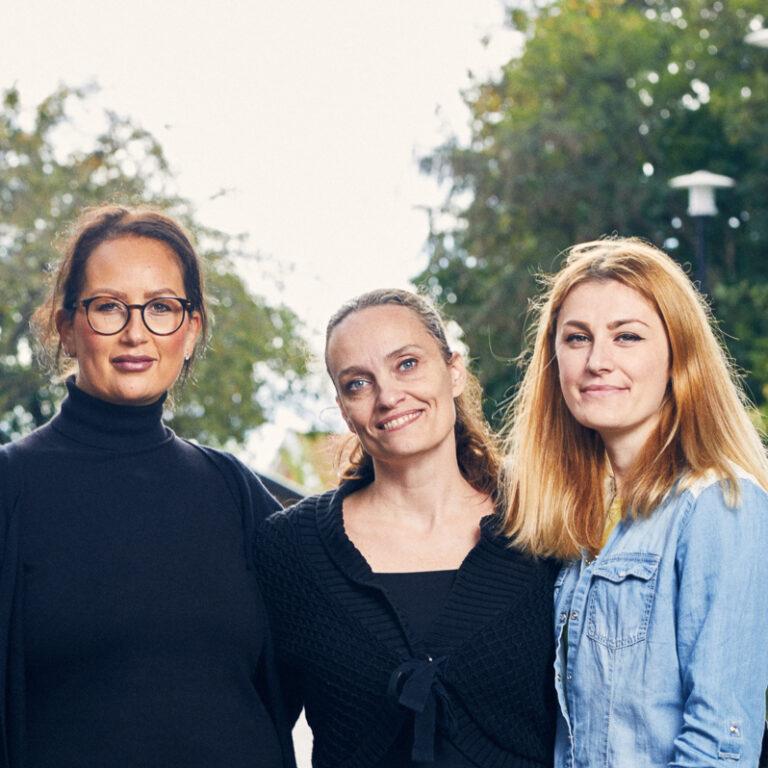 Bild på tre kvinnor som läser lärarassistent