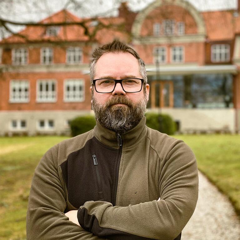 Johan Holmström framför skolan