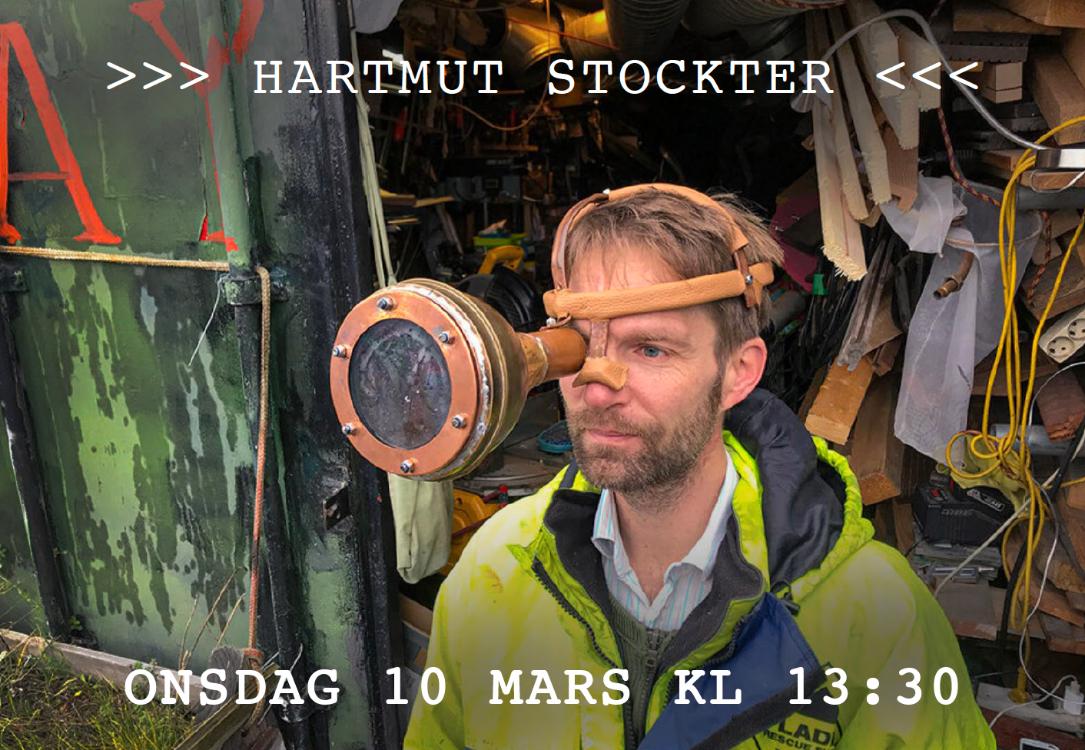 Hartmut Stockter framför sina konstverk